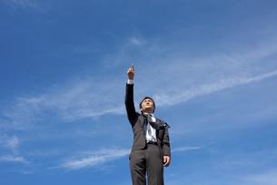 青空とビジネスマンの写真素材 [FYI04208747]