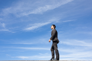 青空とビジネスマンの写真素材 [FYI04208748]