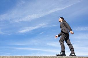 青空とビジネスマンの写真素材 [FYI04208749]