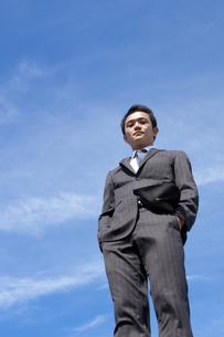 青空とビジネスマンの写真素材 [FYI04208750]