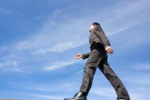 青空とビジネスマンの写真素材 [FYI04208751]