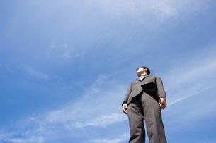 青空とビジネスマンの写真素材 [FYI04208752]