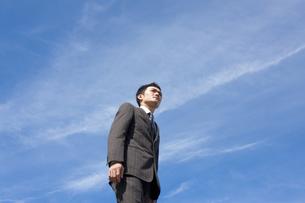 青空とビジネスマンの写真素材 [FYI04208753]