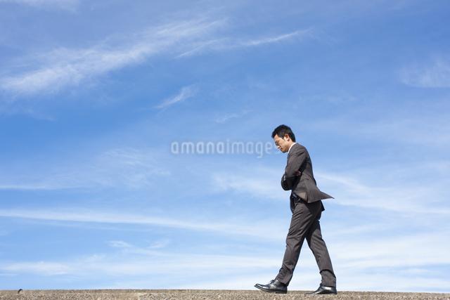悩むビジネスマンの写真素材 [FYI04208757]