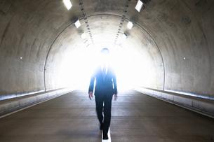 トンネルを歩くビジネスマンの写真素材 [FYI04208847]