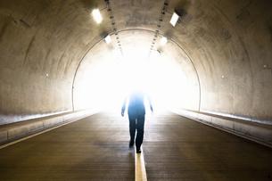 トンネルを歩くビジネスマンの写真素材 [FYI04208849]