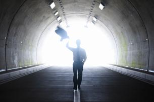 トンネルを歩くビジネスマンの写真素材 [FYI04208850]
