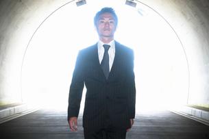 トンネルを歩くビジネスマンの写真素材 [FYI04208851]