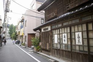 東京 根津の町並みの写真素材 [FYI04209509]