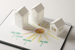 ペーパークラフトの家と双葉と太陽の絵のイラスト素材 [FYI04210227]