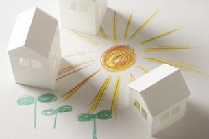 ペーパークラフトの家と双葉と太陽の絵のイラスト素材 [FYI04210228]