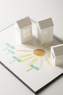 ペーパークラフトの家と双葉と太陽の絵のイラスト素材 [FYI04210229]