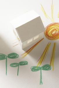 ペーパークラフトの家と双葉と太陽の絵のイラスト素材 [FYI04210230]
