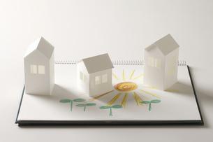 ペーパークラフトの家と双葉と太陽の絵のイラスト素材 [FYI04210235]