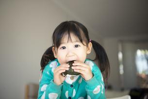 おにぎりを食べている女の子の写真素材 [FYI04210782]