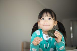 おにぎりを食べている女の子の写真素材 [FYI04211019]
