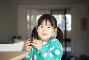 おにぎりを食べている女の子の写真素材 [FYI04211237]