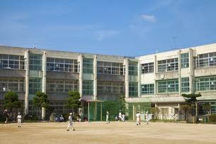 学校で野球練習をする子供達の写真素材 [FYI04212537]