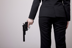 リボルバー式の銃を持った女性の写真素材 [FYI04213720]