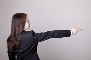 狙いを定める女性の写真素材 [FYI04213721]