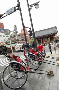 浅草寺前の人力車の写真素材 [FYI04214906]