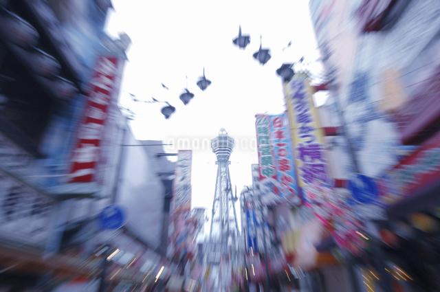 通天閣と商店街の写真素材 [FYI04214958]