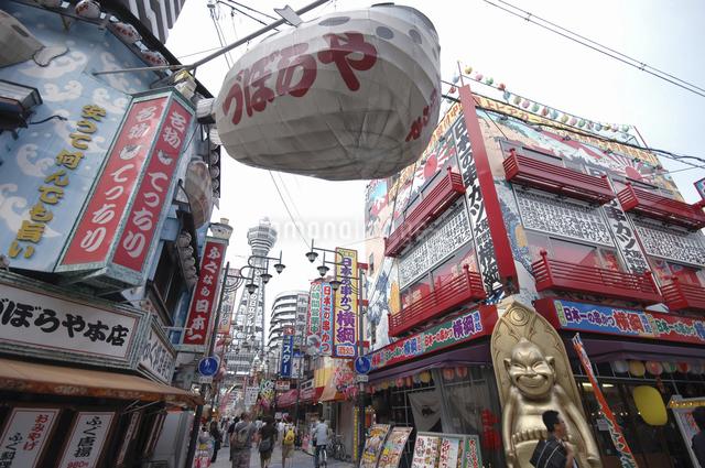 通天閣と商店街の写真素材 [FYI04214959]