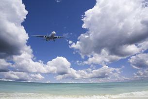 旅客機と海と白い雲の写真素材 [FYI04215324]