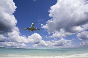 旅客機と海と白い雲の写真素材 [FYI04215327]