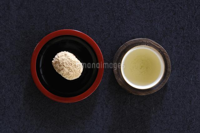 テーブルの上のお茶と黄な粉のオハギの俯瞰の写真素材 [FYI04216017]