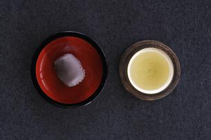 テーブルの上のお茶とアズキのオハギの俯瞰の写真素材 [FYI04216018]