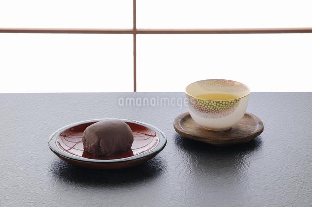障子をバックにお茶とアズキのオハギの写真素材 [FYI04216019]