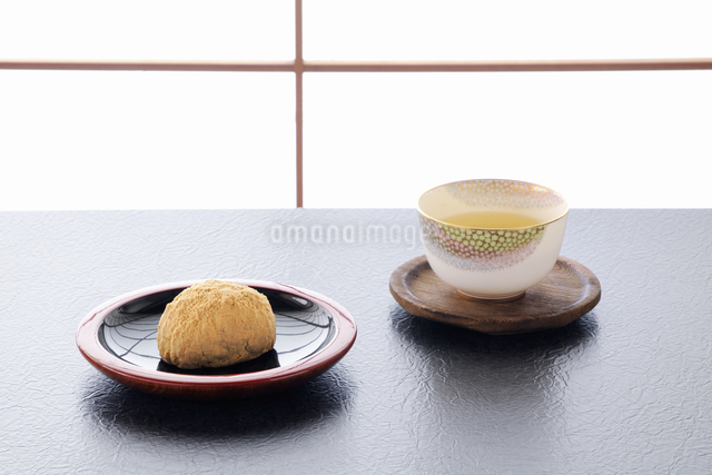 障子をバックにお茶と黄な粉のオハギの写真素材 [FYI04216020]