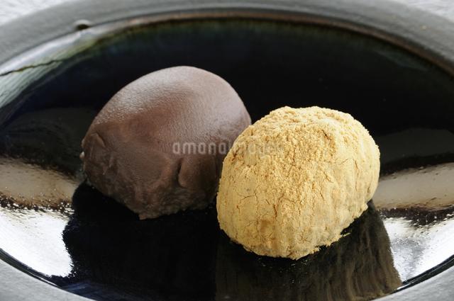 皿の上のアズキと黄な粉のおはぎの写真素材 [FYI04216026]