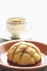 メロンパンとコーヒーの写真素材 [FYI04216072]