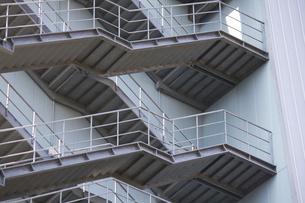 鉄骨製のビルの非常階段の写真素材 [FYI04218631]