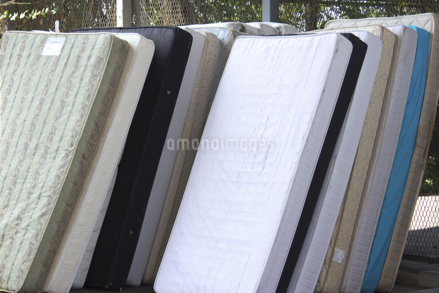廃品回収されたベッドマットの写真素材 [FYI04218652]