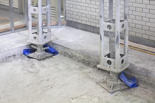 コンクリート建物の工事現場の天井を支える鉄骨の写真素材 [FYI04218899]