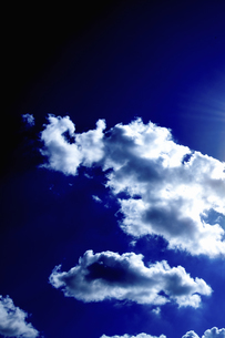 濃紺の空とドラマチックな雲の写真素材 [FYI04219174]