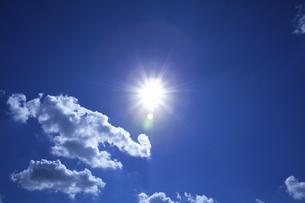 濃紺の空と太陽と雲の写真素材 [FYI04219176]