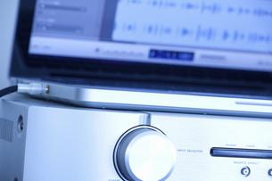 パソコンによる作曲とデジタル音源の写真素材 [FYI04219178]