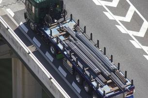 鉄筋を運ぶトレーラーの写真素材 [FYI04219220]