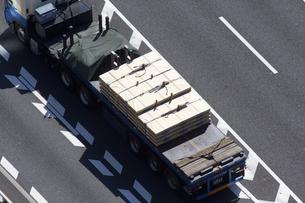 鉄板を運ぶトレーラーの写真素材 [FYI04219221]
