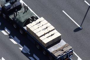 鉄板を運ぶトレーラーの写真素材 [FYI04219223]