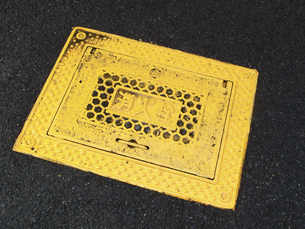 住宅街の生活道路の消火栓の蓋の写真素材 [FYI04219330]