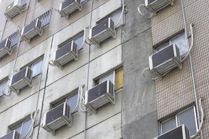 集合住宅の外壁に設置されたたくさんのエアコン室外機の写真素材 [FYI04219458]