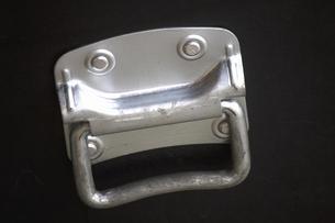 収納ケースの金属の取手の写真素材 [FYI04219585]