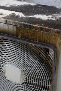 飲食店の油で汚れたエアコンの室外機の写真素材 [FYI04219669]