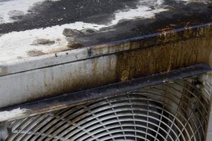 飲食店の油で汚れたエアコンの室外機の写真素材 [FYI04219675]