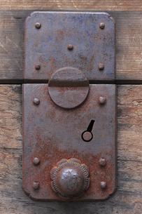 古いタンスの引き出しの金具の写真素材 [FYI04220392]